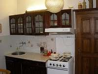 Vybavená kuchyně, plynový sporák, trouba, lednička - chalupa k pronájmu Suchý