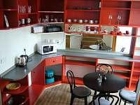 kuchyně s vybavením a stolováním