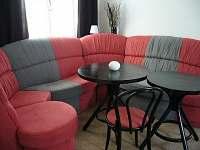 obývací pokoj s velkou sedačkou, LCD TV, SAT, DVD