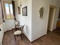 apartmán- chodba s posezením - pronájem vily Jevišovice