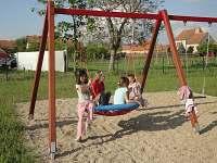 Dětské hřiště v obci - nedaleko chalupy - pronájem Šakvice