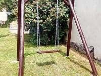 Houpačka na dvorku - pronájem chalupy Vlčnov
