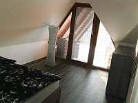 """""""Sklep Kostelec"""" - ložnice v podkroví s výhledem na vinici a blízké okolí - chata k pronajmutí"""