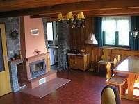 společenská místnost s krbem - chata Luhačovice