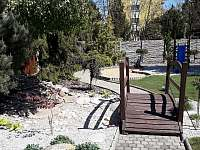 Zahrada s pískovištěm a prolézkami - vila k pronájmu Kyjov