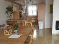 Jídelní stůl - rekreační dům k pronajmutí Nový Šaldorf