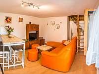 Malovaný dvoreček - obývací pokoj a pohled na točité schodiště do patra - apartmán k pronajmutí Dolní Dunajovice