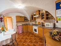 Malovaný dvůr - kuchyně - pronájem apartmánu Dolní Dunajovice