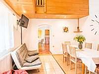 Malovaný dvůr - obývací pokoj a pohled do kuchyně - apartmán k pronajmutí Dolní Dunajovice