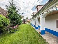 Pohled na zahradu - apartmán k pronájmu Dolní Dunajovice