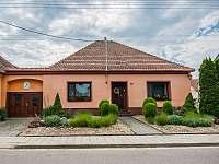 Pohled z ulice na bydlení majitelů, apartmány jsou situovány v dvorním traktu. - Dolní Dunajovice