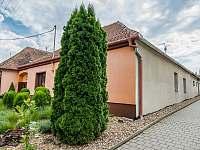 Pohled z ulice. Vchod do apartmánů z uličky na pravé straně domu. - k pronájmu Dolní Dunajovice