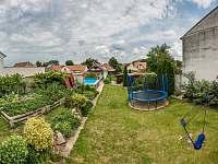 Pohled zezadu zahrady, trampolína, badmintonový set - apartmán k pronájmu Dolní Dunajovice