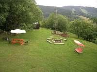 venkovní posezení s houpačkou a výhledem na okolí