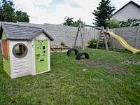 domeček pro děti na zahradě