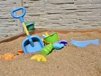 pískoviště v dětské části zahrady