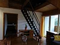 1.apartmán-schody do podkrovního studia nad kuchyní a obyvákem.Dveře do ložnice. - pronájem chalupy Bělčovice
