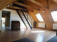 3.apartmán-obyvák,schody do podkrovního studia - Bělčovice