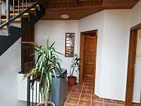 Chodba se 3mi dveřmi od jednotlivých apartmánů - Bělčovice