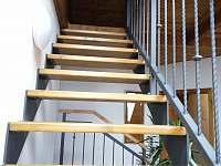 Schody do podkrovního studia, které je nad hlavním schodištěm (3 ležení) - chalupa k pronájmu Bělčovice
