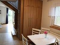 Jídelna - úložný prostor - průhled do obývacího pokoje - chalupa k pronájmu Buchlovice