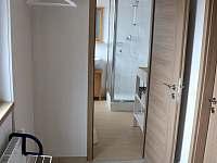 Vstupní chodba - pohled do koupelny - chalupa ubytování Buchlovice