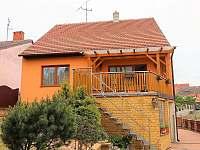 Součástí penzionu je příjemná terasa s grilem a výhledem na vinné sklepy. - apartmán ubytování Bořetice