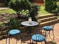 Zahradní posezení - apartmán k pronajmutí Bořetice