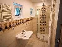 Koupelna v patře - apartmán k pronajmutí Rusava