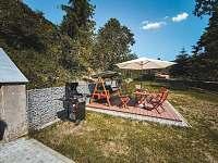 Pohled na rekreační prostor a parkoviště - apartmán k pronájmu Rusava