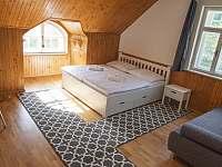 Ložnice v prvním patře - vila k pronájmu Rajnochovice