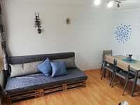 Kuchyňka s jídelním stolem s pohovkou nebo posteli - apartmán k pronajmutí Dolni Dunajovice