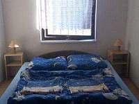 Postele v dvojlůžkovém bungalovu