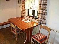 Jídelní stůl v kuchyni7 - chalupa k pronájmu Šerkovice
