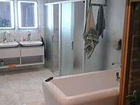 velká koupelna s infrasaunou pro 4 osoby - chata k pronajmutí Provodov