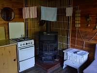 Obývací pokoj - kamna - chata k pronájmu Bítov