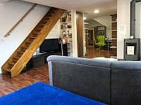 Ubytování Zlín - apartmány vlčkováOřechový apartmán postel v obyváku - k pronajmutí