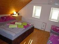 Ubytování Zlín - Javorový apartmán postel ložnice - pronájem Vlčková