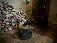 Hlavní místnost - krbová kamna - pronájem chalupy Prušánky - Nechory