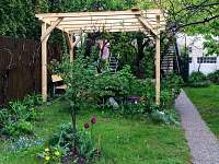 pískoviště s pergolou na zahradě