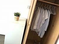 skříň a lednička v pokoji