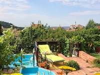 terasa s bazénkem a výhledem a lehátky pro odpočinek