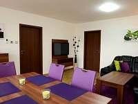 obývací prostory přízemí s klimatizací - chalupa k pronájmu Slušovice