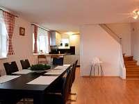 1.patro - společenská místnost s kuchyní - chata k pronajmutí Všemina