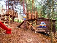 dětské hřiště a chatka DRAČÍ PATRON  pro větší děti na oploceném pozemku chaty