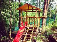 dětské hřiště pro větší děti na oploceném pozemku chaty