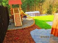 dětské hřiště s pískovištěm pro menší děti na oploceném pozemku chaty