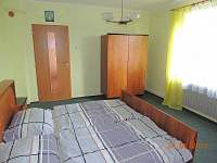 Ložnice pro dvě osoby s manželskou postelí - lze umístit dětskou postýlku