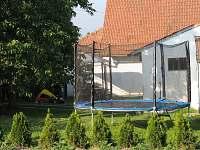 Pohled se zahrady na dvorek - trampolína šíře 3,5m