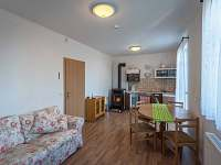 Apartman 2 obyvaci cast s plne vybavenym kuchynskym koutem